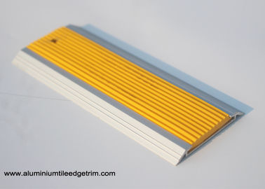 Cina 50 mm Lebar Datar Aluminium Door Bar Threshold Strips Dengan Karet Flame Retardant pemasok
